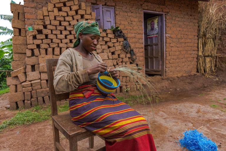 Korbflechterin im Virunga-Gebiet