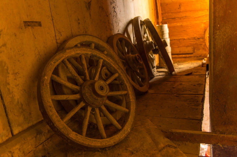 Alte Wagenräder in der Scheune, auf dem Bauernhof