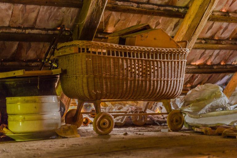 Alter Kinderwagen, auf dem Bauernhof