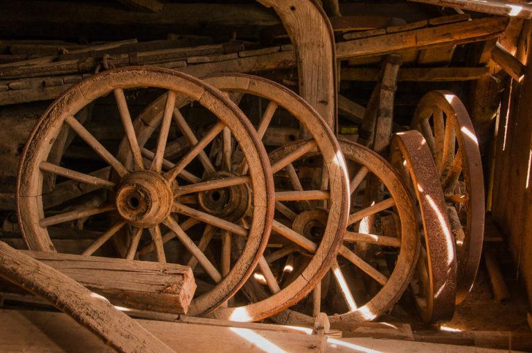 Alte Wagenräder auf dem Bauernhof