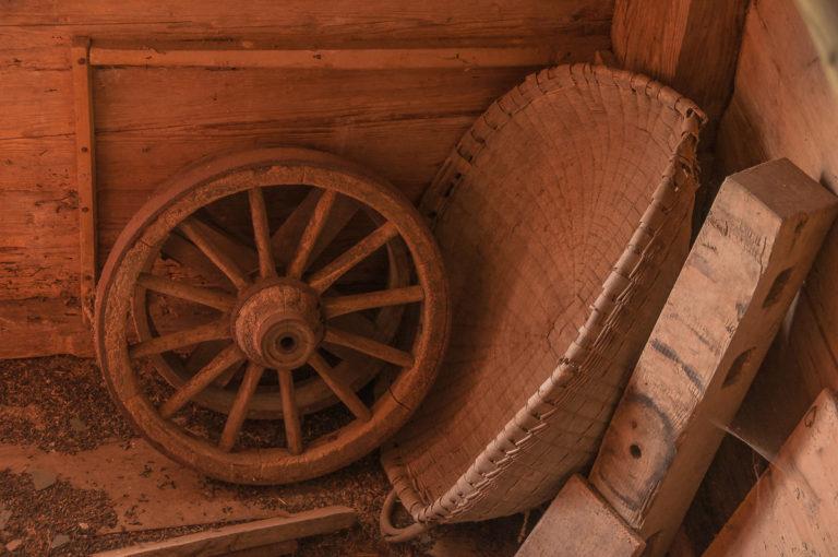 Kornschütte mit Speichenrad, in der Scheune