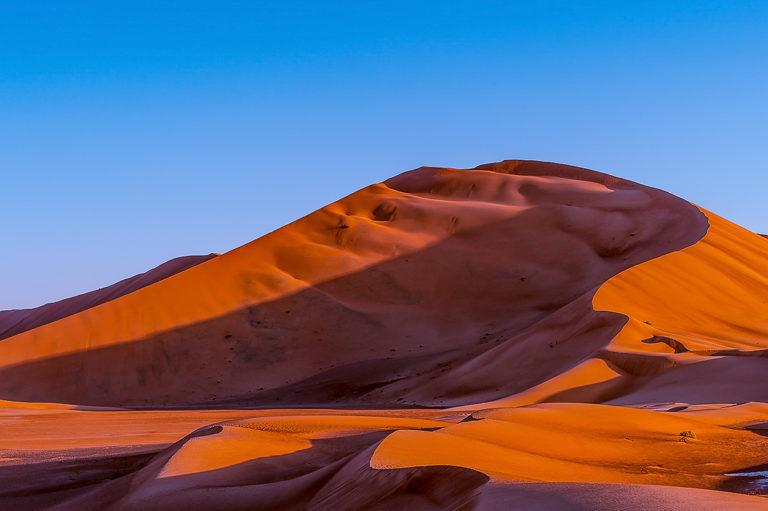 Schattenspiel auf Sanddünen