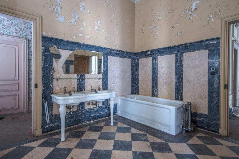 Badezimmer mit Badewanne und Lavabos