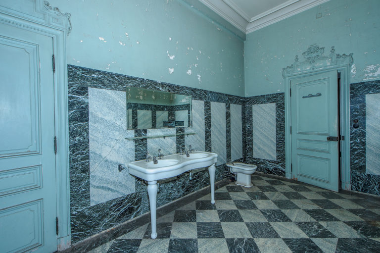 Lost place, Badezimmer mit Lavabo