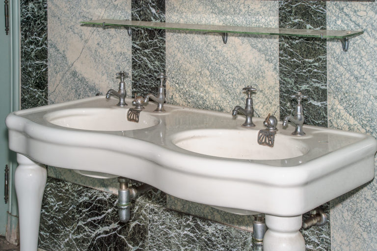 Badezimmereinrichtung mit Lavabos