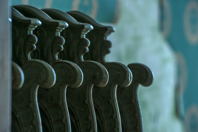 Kunstvoll dekorierter Heizkörper im Bad