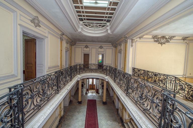 Lost place, Eingangshalle, Geländer, Eisen