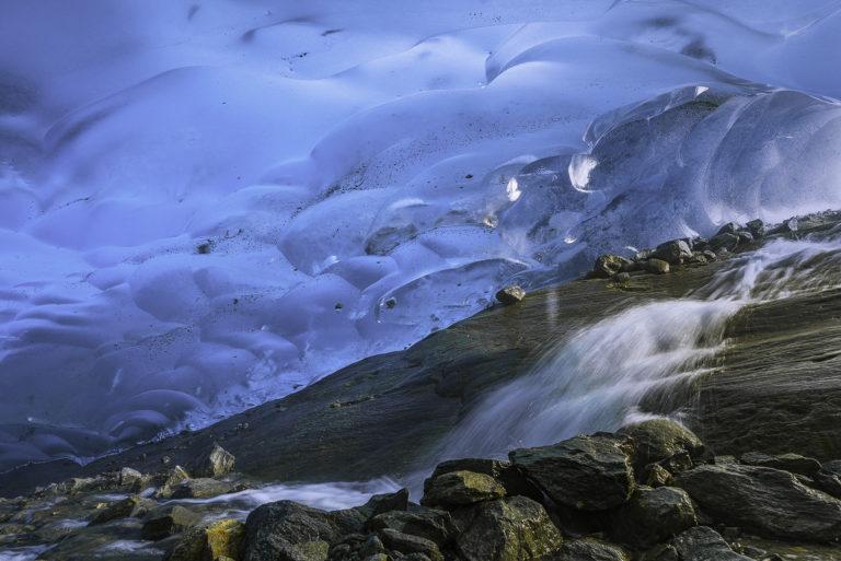 Schmelzwasser unter dem Gletscher, Wallis, Aletsch