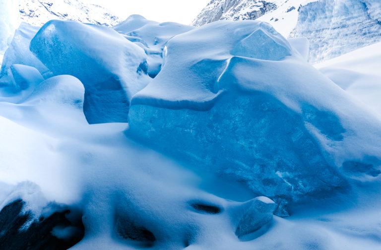 Eisbrocken im Schnee