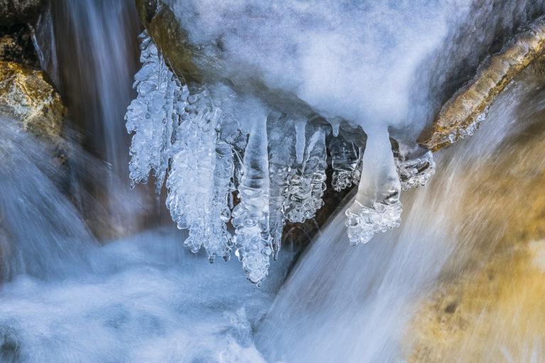 Eiszapfen im Fluss in Ullay Ladakh