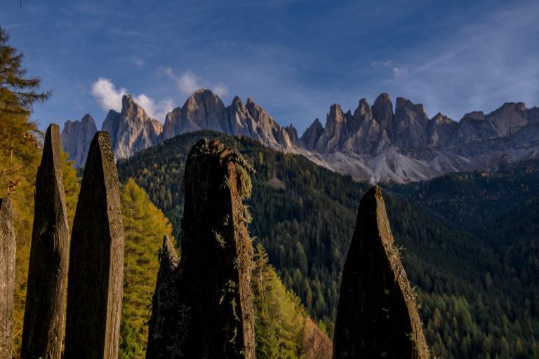 Dolomiten,Herbstlandschaft mit Zaun, Geisler Spitzen