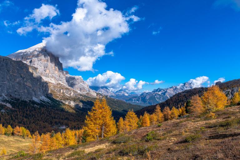 Passo Giau Dolomiten Berge Goldene Lärchen Wolken Herbst Italien