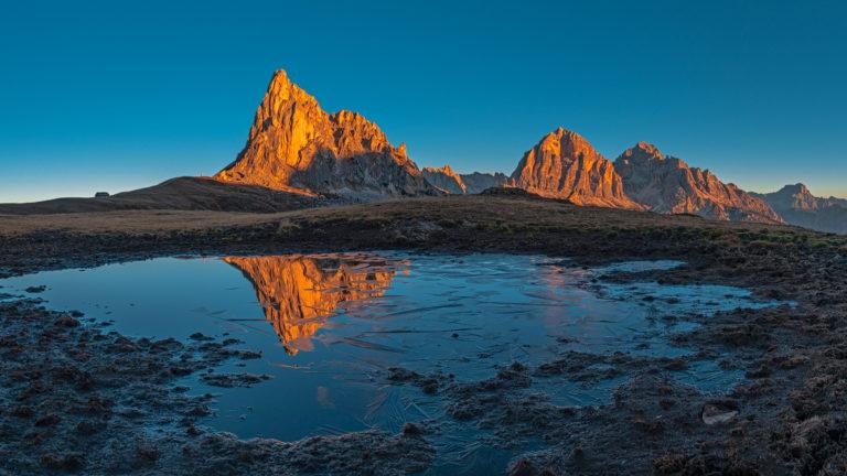 Dolomiten Passo Giau See Spiegelung Berge Sonnenaufgang